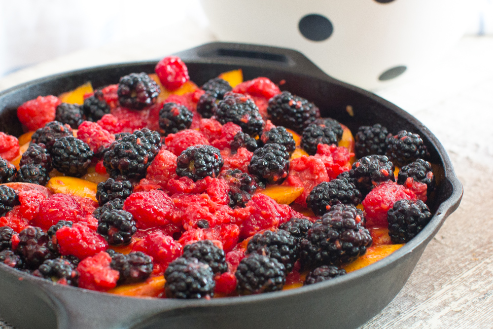 Spread the berries evenly over the peaches