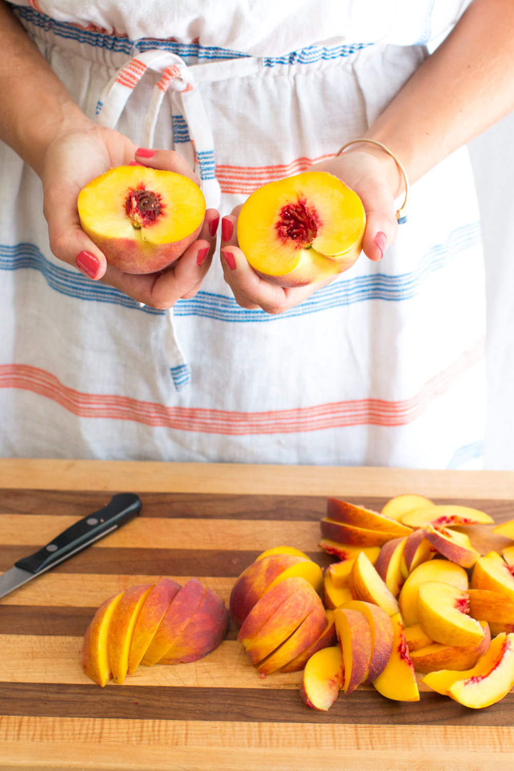 Halve, pit and slice the peaches